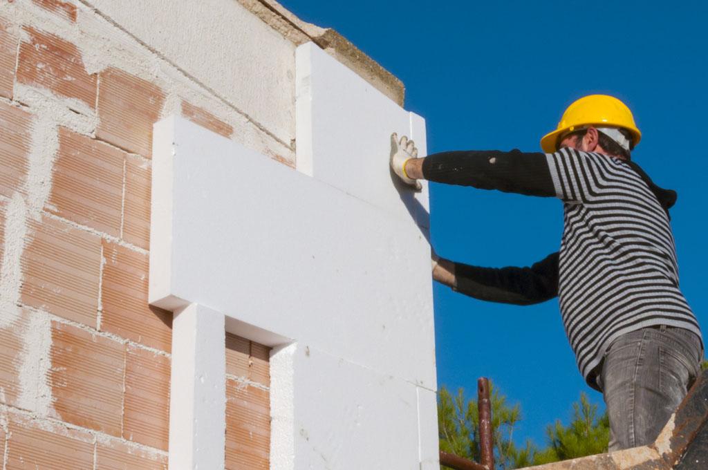 Il cappotto termico può essere esterno o interno. Quello esterno è più efficace, anche se ha costi un po' più elevati rispetto a quello interno, che però riduce lo spazio abitativo e può rivelarsi meno efficiente.