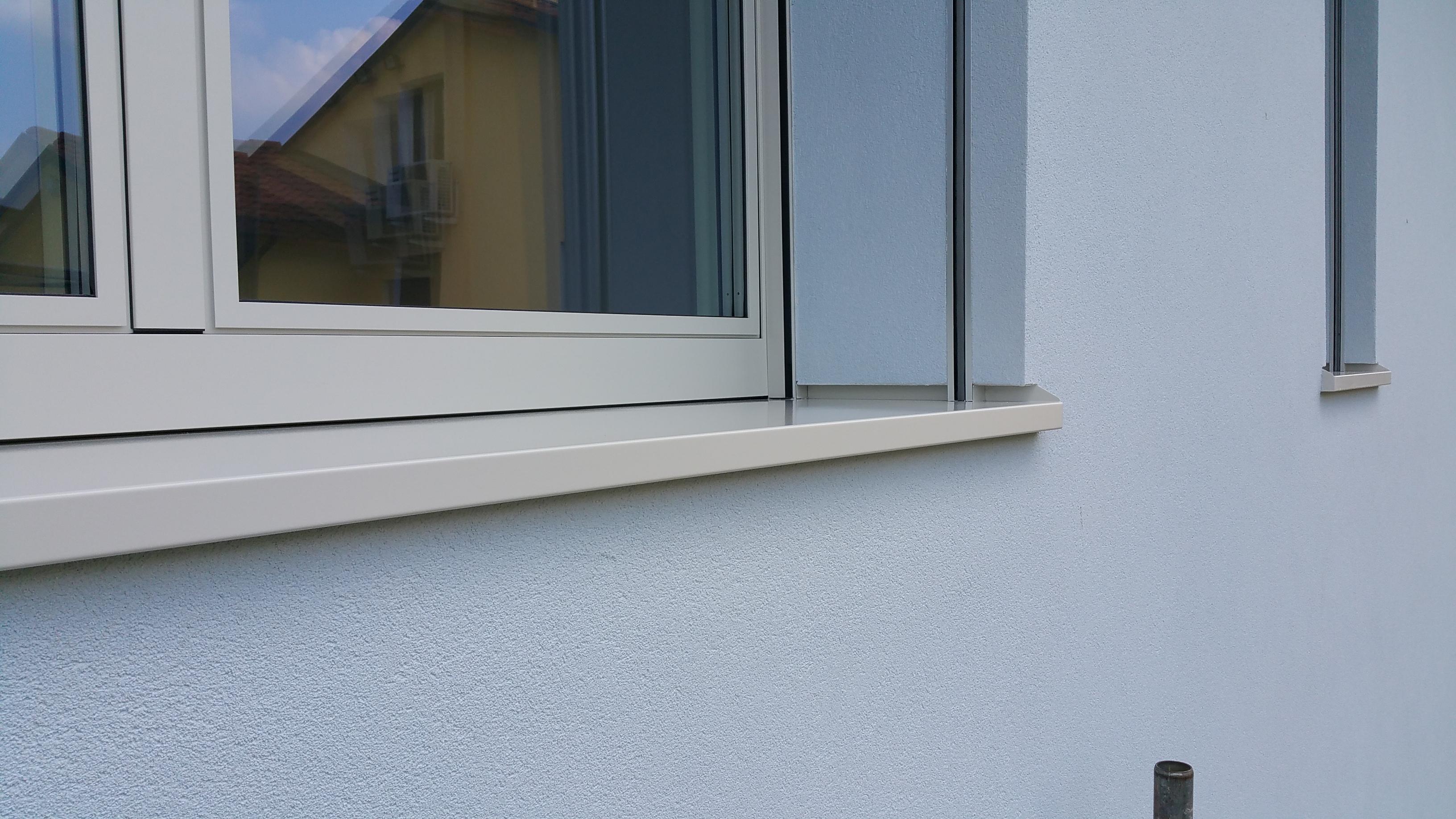Ciò che stabilisce la corretta posizione degli infissi è la posizione dell'isolante. Se possibile, la soluzione ideale per abbattere il valore PSI del ponte termico sul foro finestra è posizionare gli infissi direttamente sull'isolante.