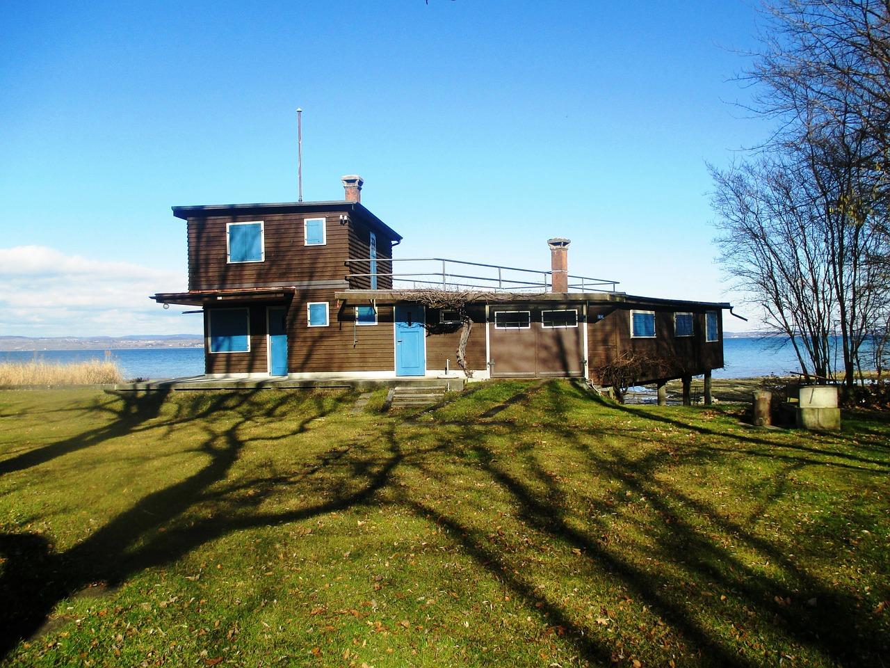 L'isolamento termico della casa in legno richiede, per dare ottimi risultati, pochi materiali e poco tempo. Tuttavia, questo non significa che non si debba prestare attenzione soprattutto nella scelta del design del foro finestra.